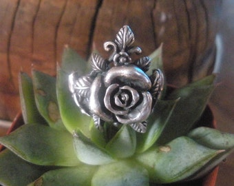A Vintage Sterling Silver Blaire Rose Ring with Leafy Details
