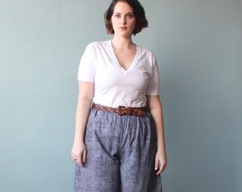 SALE plus size shorts / navy teeny leaf print shorts / 1990s / XL XXL