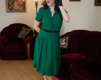 Vintage 1940s Dress - Wonderful Emerald Green Rayon Crepe 40s Day Dress with Strong Shoulders and Gathered Hips