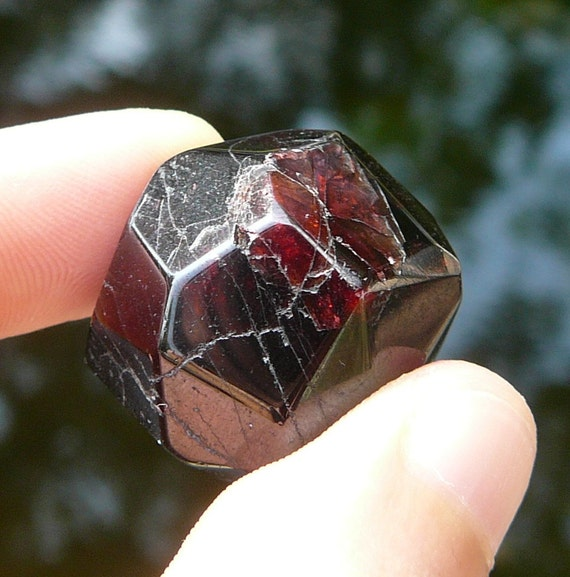 how to tell if a stone is a garnet