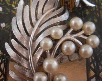 Vintage CROWN TRIFARI 1950's/60's Silvertone Feather & Faux Pearl Brooch