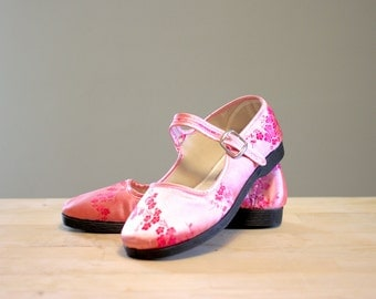 90's Mary Janes Shoes / Pink Satin Flats / Asian Floral Print / Raver Shoes / Hippy Hippie Shoes / Women's Size 5
