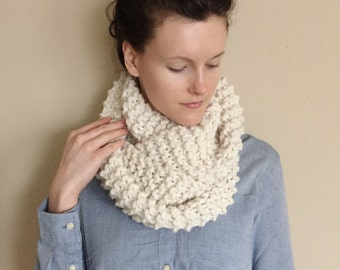 Chunky Cream Infinity Scarf / Oversize Thick Warm Wool Eternity Scarf Cowl / Chunky Knit Neckwarmer / Wool Yarn