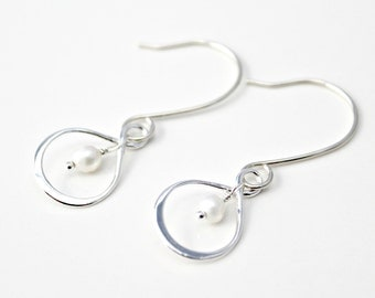 Sterling Silver Teardrop Infinity Earrings with Freshwater Pearl / Minimalist Silver Jewelry / Modern Silver / Pearl Earrings / E101