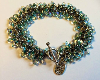 Beaded chainmaille bracelet - Shaggy bracelet in green lined crystal