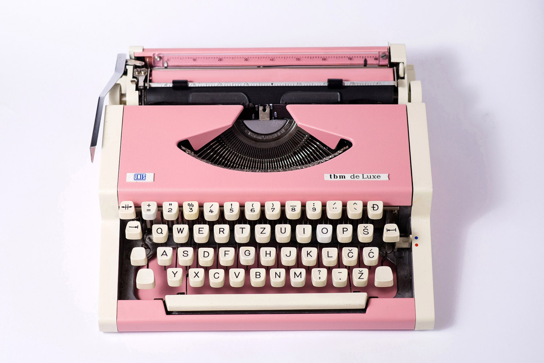 Vintage typewriter, $213.07, [Etsy](http://rstyle.me/n/cr4vmgvs36).