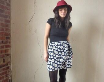 daisy print mini skirt/ mini wrap skirt/ vintage 90s// med