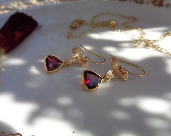 In 585 gold filled earrings with Garnet, triangle
