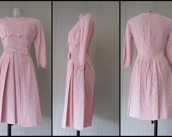 Vestito anni 50 in pizzo rosa.Abito da cerimonia/50s lace pale pink dress/ Bow in front/3/4 sleeves/ Capelet on top/Taylored/Size  8-10 USA
