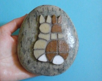 Paperweight  mosaic rabbits bunnies in love on pebble stone - Fermacarte sasso con mosaico coniglietti Briefbeschwerer  Mosaik mosaique