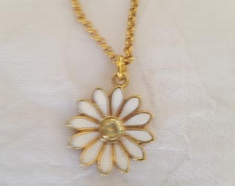 JUICY COUTURE Daisy Wish Necklace in Gold
