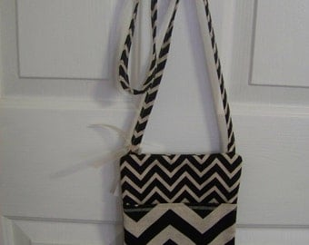Sling bag in black and khaki chevron