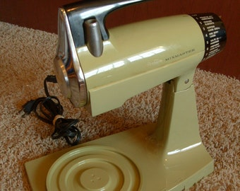 Vintage SUNBEAM Stand Mixer 12-speed AVOCADO GREEN Works great!