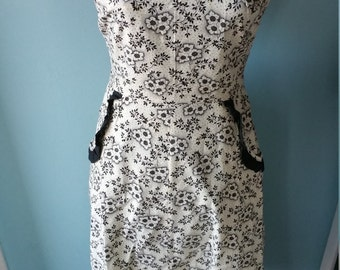 Lovely vintage black and white apron! Flower pattern vintage kitchen