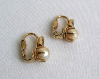 Vintage Gold Tone Faux Pearl Clip On Earrings.