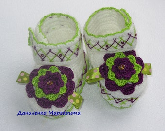 Crochet baby booties. Baby booties with flowers.  Made to order infant   baby girl booties.