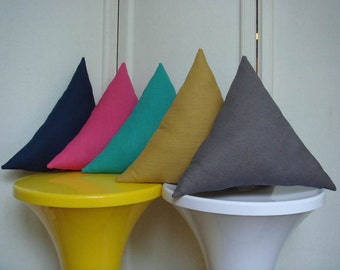 Triangle in dark grey linen cushion
