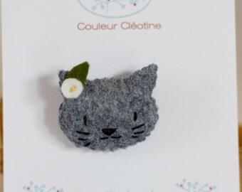 Small cat in felt brooch