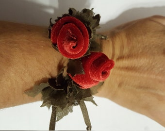 Bracelet with rose buds in Velvet