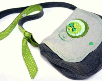 pouch in wool and grey & green lining