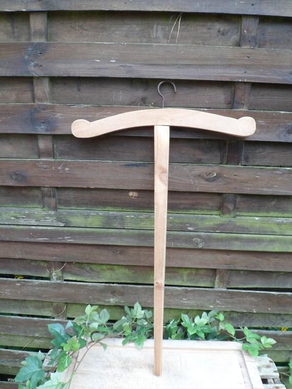 Ancien long cintre en bois objet de d coration cintre de for Couturiere en bois