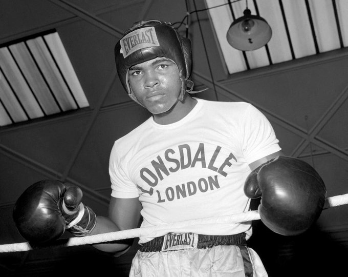 Cassius Clay (Muhammad Ali) Trains for 1963 Fight - 5X7 or 8X10 Publicity Photo (ZY-170)
