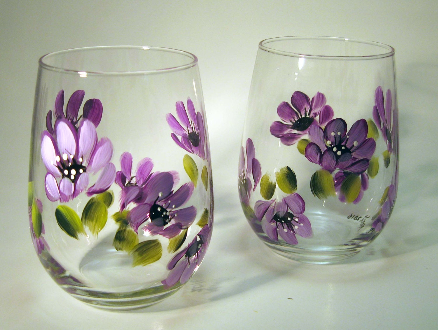 Hand painted with purple flowers stemless wine glasses for Painted stemless wine glasses