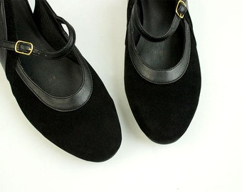 90s Vintage Black Velvet Round Toe Mary Jane Pumps / Size 8 / EU 39