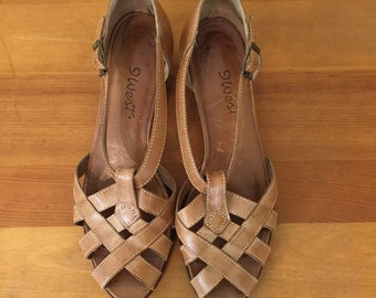80s 90s 9 West Tan Leather T-Strap Woven Low Heel Sandals, Size 8