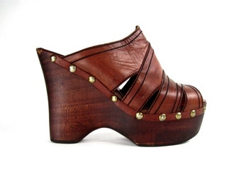 FANTASTIC vintage 1970s cognac brown leather MULES clogs cutout PLATFORM wedge heel sandals womens 7 1/2 8 studio 54 boho bohemian desert