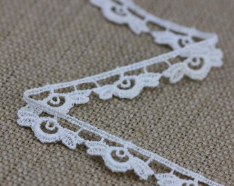 1 Yard of Vintage Floral Lace in Cream 0.5 Inches Wide