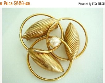 Sale VTG Shell Pearl Brooch, Intertwining Circle Brooch, Shell Design Gold Tone Brooch with Pearl,  Vintage Brooch Costume Jewelry Pin