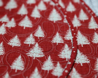 MarveLes PLACEMAT Quilted Round Reversible Winter Berry Holiday Red and White Christmas Trees with silver metallic thread trim