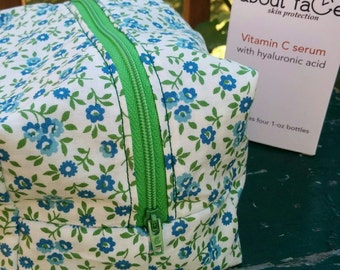 Cosmetic bag in vintage-inspired floral print in green and blue