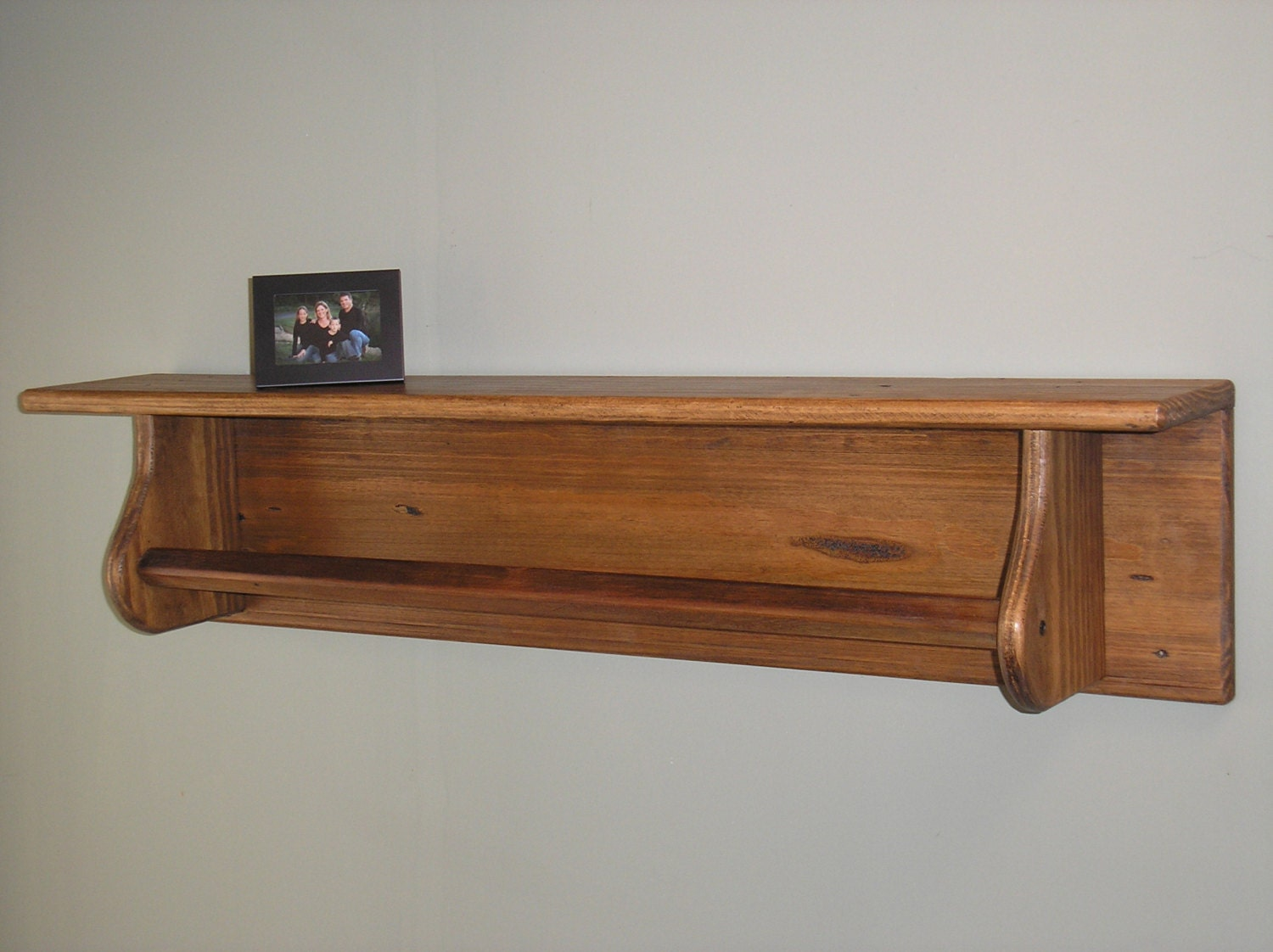 reclaimed wood shelf with towel bar tc115 3. Black Bedroom Furniture Sets. Home Design Ideas