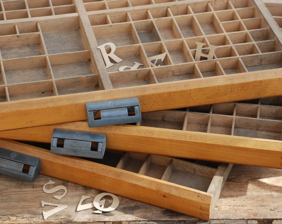 ancien grand tiroir casier en bois pour lettres imprimerie. Black Bedroom Furniture Sets. Home Design Ideas