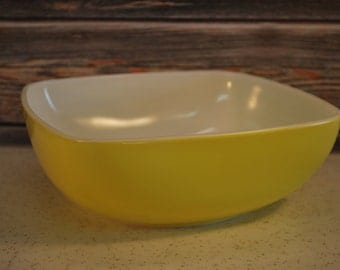 Vintage Yellow 025, 2 1/2 Quart Pyrex Hostess Casserole and Table Set Large Bowl, Very Nice.