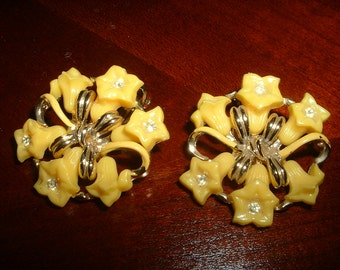 Vintage Yellow Thermoset Button Earrings Flowers Rhinestone Gold Clip On Earring 1940