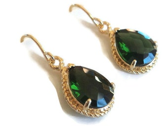 Emerald green glass yellow gold tear shape dangle drop earrings.  Bridal earrings.  Bridesmaids earrings.  Wedding jewelry.