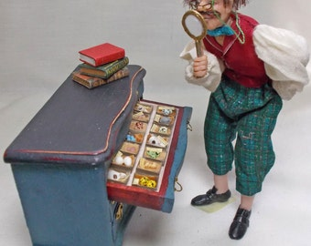 Dolls House Darwinian Collection Display: with 4 filled Drawers