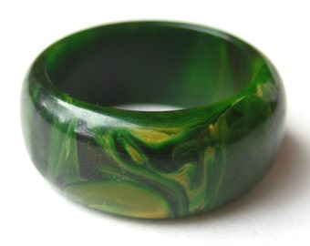 Vintage Art Deco Green & Yellow Swirl Marbled Bakelite Band Ring size 5 3/4