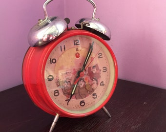RED RIGHT HAND ! Vintage Communist China Mao Twin Bell Footed Alarm Clock Chinese Cultural Revolution Propaganda