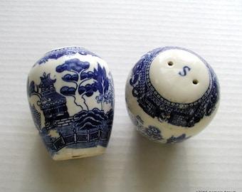 Vintage BLUE WILLOW Salt & Pepper Shakers Ginger Jar Shape Japanese Transferware
