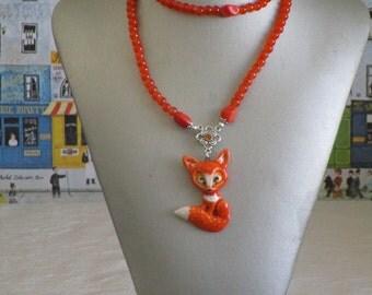 """Ravissant collier plastron en perles de verre  et médaillon argile """"Un adorable renardeau"""""""