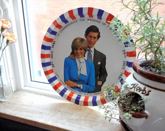Lovely wedding commemorative tin tray of Prince Charles and Lady Diana. This one is for British Royal Family collectors.