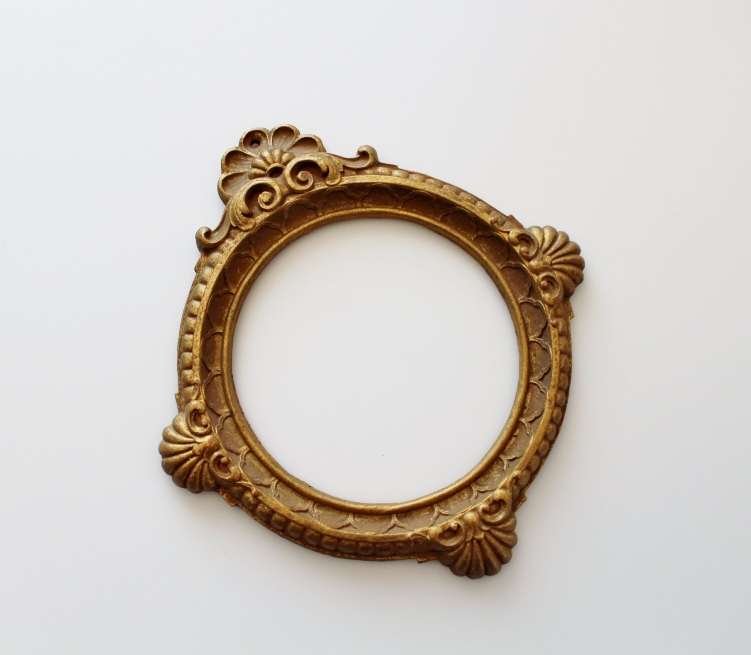 Vintage ornate round picture frame syroco style small wooden for Small vintage style picture frames