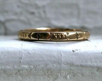 Beautiful Antique Engraved 18K Yellow Gold Wedding Band.