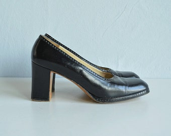 Vintage Ferragamo Shoes / 1970s Black Leather Spectator Pumps with Chunky Heel Size 7 1/2 / Made in Italy