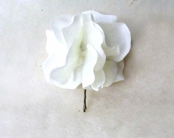 White Hydrangea Hair Pin. White Hair Flower. Fabric Flower Hair Accessory for Weddings. White Bridal Party Flower Hair Clip for Boho Bride.