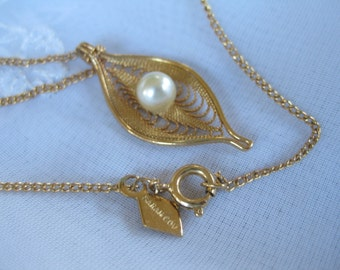 Sarah coventry faux pearl pendant 18 inches very good